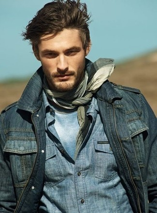A navy denim jacket and a grey plaid scarf are absolute essentials if you're putting together an off-duty wardrobe that matches up to the highest sartorial standards. Seeing as it is getting chillier with each day, this ensemble is a viable choice for the season.