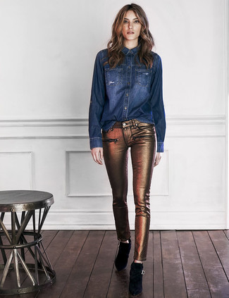 How to wear: navy denim shirt, gold skinny jeans, black suede ankle boots