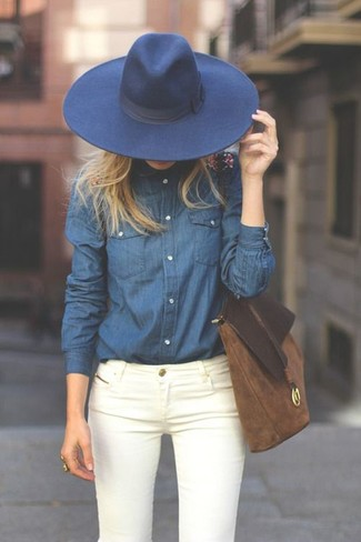 How to wear: navy denim shirt, white skinny jeans, brown suede tote bag, navy wool hat