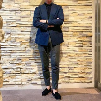 How to Wear a Black Short Sleeve Shirt For Men: If you gravitate towards off-duty style, why not team a black short sleeve shirt with charcoal chinos? Want to dial it up on the shoe front? Complement your ensemble with a pair of black suede tassel loafers.