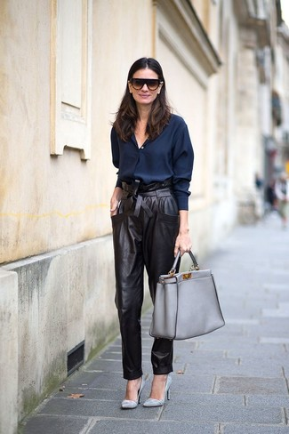 Rock a navy button shirt with a grey leather tote bag for incredibly stylish attire. Grey leather pumps look awesome here. So when summer is done and autumn is in the air, you may find this ensemble your go-to.