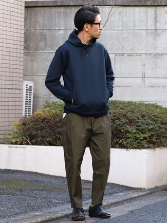 Olive Chinos Outfits: A navy hoodie and olive chinos are an easy way to introduce toned down dapperness into your casual styling repertoire. Dial up the formality of this look a bit by slipping into a pair of black leather oxford shoes.