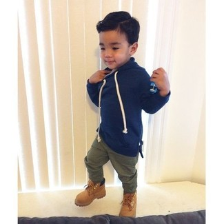 This combo of a navy hoodie and olive trousers has all the potential to become your little angel's favorite. The footwear choice here is pretty easy: finish off this getup with tan suede boots.