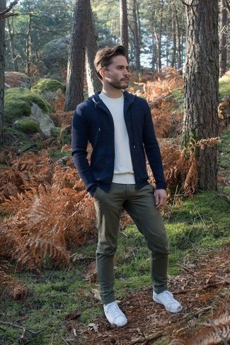 How to Wear a Navy Hoodie Casually For Men: A navy hoodie and olive chinos? This is an easy-to-style outfit that any gentleman can wear a variation of on a day-to-day basis. Our favorite of a multitude of ways to round off this look is white leather low top sneakers.