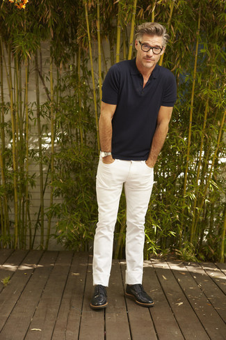 How to Wear a Polo For Men: This laid-back combo of a polo and white jeans is extremely easy to put together in no time flat, helping you look awesome and ready for anything without spending a ton of time combing through your wardrobe. A pair of black leather derby shoes immediately dials up the wow factor of any ensemble.