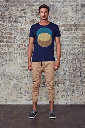 How to wear: navy print crew-neck t-shirt, tan sweatpants, charcoal low top sneakers