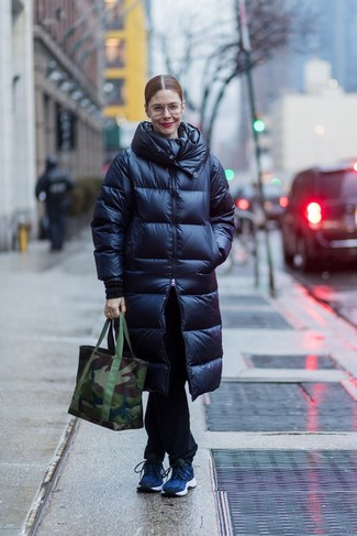 How to wear: navy puffer coat, black jeans, navy athletic shoes, dark green camouflage canvas tote bag