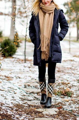 Tan Scarf Outfits For Women: A navy puffer coat and a tan scarf are veritable essentials if you're planning an off-duty wardrobe that holds to the highest sartorial standards. You can take a more relaxed approach with shoes and introduce a pair of black plaid rain boots to your getup.