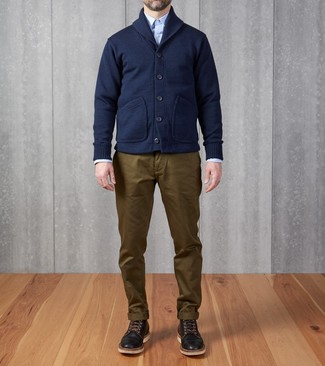 This pairing of a navy shawl cardigan and olive chinos is proof that a simple ensemble doesn't have to be boring. As for the shoes, grab a pair of black leather casual boots. As the weather warms up, it's time to shed those heavy winter layers and choose something lighter, like this ensemble here.