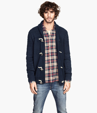 This pairing of a navy shawl cardigan and navy jeans will enable you to keep your off-duty style clean and simple. Loving that this outfit is ideal when chillier weather comes.