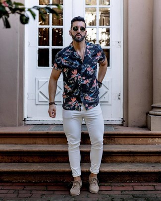 How to wear: navy floral short sleeve shirt, white skinny jeans, beige suede derby shoes, black sunglasses