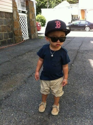How to wear: navy t-shirt, beige shorts, tan boat shoes, black baseball cap