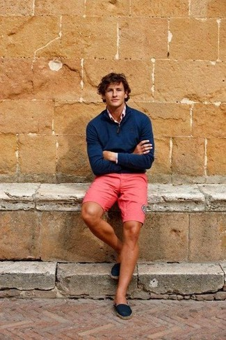 For an outfit that provides comfort and chicness, choose a pink long sleeve shirt and hot pink shorts. Navy canvas espadrilles are a fitting choice here. As baking hot summer weather settles in, it's time for easy and breezy getups like this one.