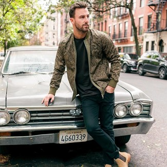 How to wear: olive print bomber jacket, black crew-neck t-shirt, navy skinny jeans, tan suede chelsea boots