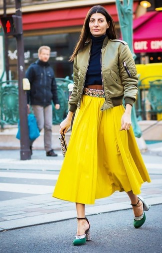 How to Wear a Navy Turtleneck For Women: Team a navy turtleneck with a yellow pleated midi skirt for a daily getup that's full of charm and personality. Complement this ensemble with a pair of green satin pumps and off you go looking spectacular.