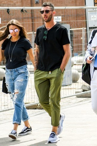 How to Wear Olive Chinos In Summer: Opt for olive chinos for a comfy outfit that's also put together nicely. Feeling experimental? Spice up your ensemble by rounding off with white and black athletic shoes. As you can see, this is a kick-ass option for summer.