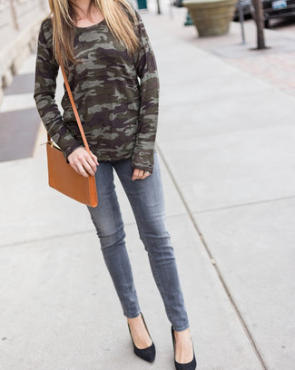 How to wear: olive camouflage crew-neck sweater, grey jeans, black suede pumps, tan leather crossbody bag
