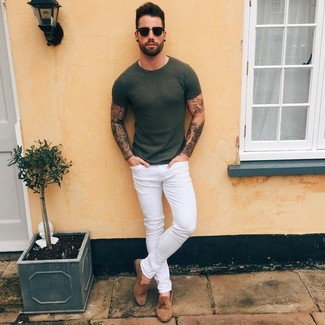 If you want to look cool and remain cosy, wear an olive crew-neck t-shirt with white skinny jeans. Brown suede tassel loafers will instantly smarten up even the laziest of looks. A cool combination like this one is just what you need on a summertime afternoon.