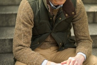 How to Wear a Navy Long Sleeve Shirt For Men: On-trend yet functional, this outfit features a navy long sleeve shirt and khaki chinos.