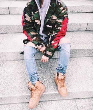 How to wear: olive camouflage military jacket, grey hoodie, light blue ripped skinny jeans, beige high top sneakers