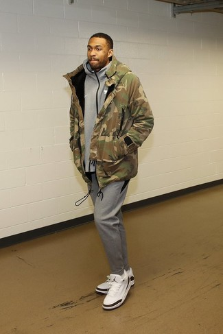 How to wear: olive camouflage parka, grey hoodie, grey sweatpants, white leather low top sneakers