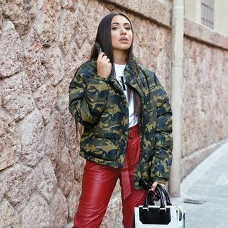 How to wear: olive camouflage puffer jacket, white and black print crew-neck t-shirt, red leather tapered pants, white and black leather tote bag