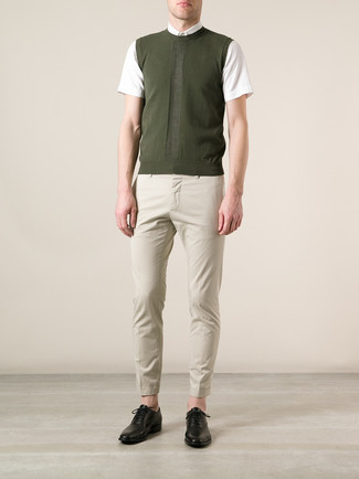 How to Wear Black Leather Oxford Shoes: An olive sweater vest and beige chinos married together are a sartorial dream for those who appreciate effortlessly sleek styles. And if you want to immediately up the ante of this ensemble with one single piece, why not complement this look with black leather oxford shoes?