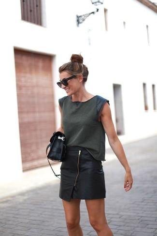 An olive tank and a bag will convey a carefree, cool-girl vibe. This combination is perfect when it's boiling hot outside.