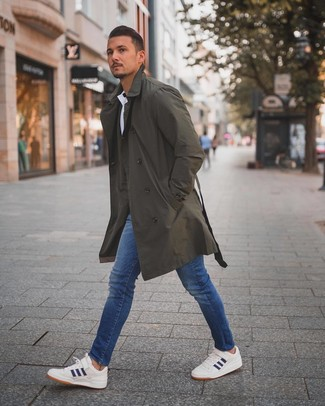 How to wear: olive trenchcoat, white polo, blue skinny jeans, white and navy low top sneakers