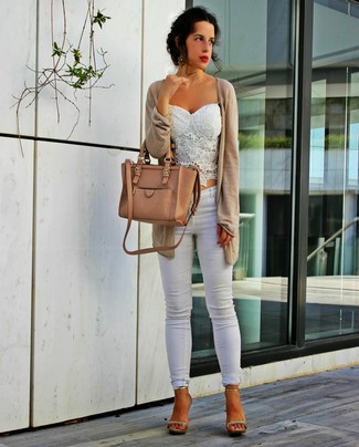 Step up your off-duty look in a beige open cardigan and white skinny jeans. Gold leather heeled sandals will add a touch of polish to an otherwise low-key look.