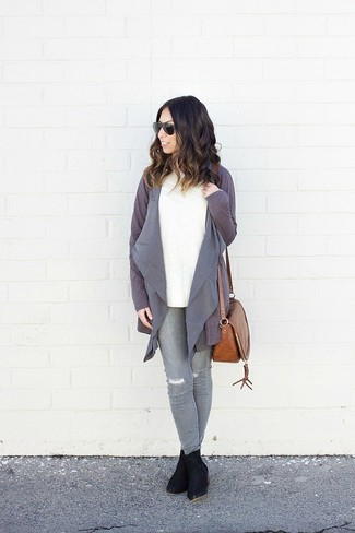 How to wear: grey open cardigan, white cable sweater, grey ripped skinny jeans, black suede ankle boots