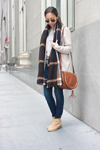 How to wear: beige open cardigan, grey crew-neck sweater, navy skinny jeans, beige suede ankle boots