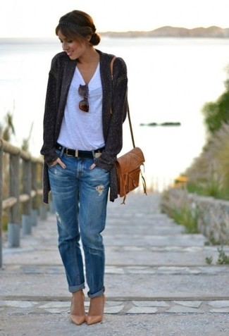 If you're a jeans-and-a-tee kind of gal, you'll like the simple combo of a dark grey open cardigan and blue ripped boyfriend jeans. And if you want to instantly up the style of your look with one piece, enter camel leather pumps into the equation. This combo is our idea of perfection for when leaves turn yellow and red and autumn settles in.