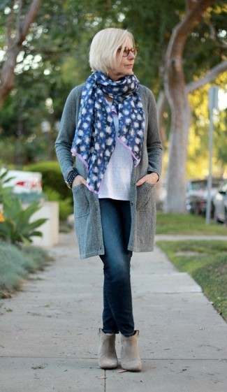 How to wear: grey open cardigan, white crew-neck t-shirt, navy jeans, grey suede ankle boots
