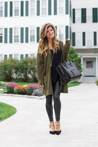 Olive Cardigan Casual Outfits For Women: Consider wearing an olive cardigan and black leather leggings for a relaxed twist on off-duty combinations. Make this outfit slightly more sophisticated by finishing off with black suede pumps.