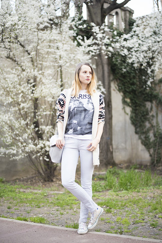 This combination of a nude geometric open cardigan and white slim jeans is simple, absolutely chic and oh-so-easy to copy! Choose a pair of white canvas high top sneakers for a more relaxed feel. This outfit is the definition of perfect for those warm days of spring.