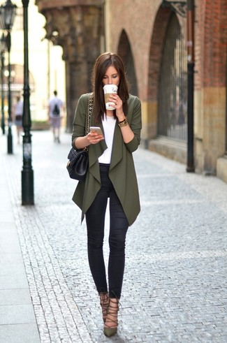 Olive Cardigan Spring Outfits For Women: An olive cardigan and black skinny jeans are wonderful staples that will integrate perfectly within your daily off-duty repertoire. As for shoes, complete your outfit with olive leather pumps. An amazing example of transitional style, this look is perfect when warmer days are here.