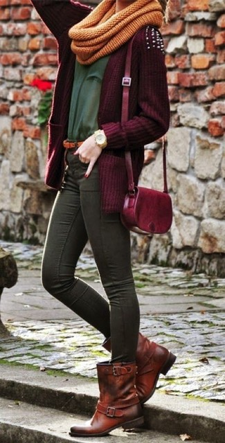 Dress in a burgundy open cardigan and charcoal skinny jeans for a refined yet off-duty ensemble. Dress down this ensemble with dark brown leather lace-up flat boots. Can you see how super easy it is to look seriously stylish and stay snug come fall, all thanks to ensembles like this one?