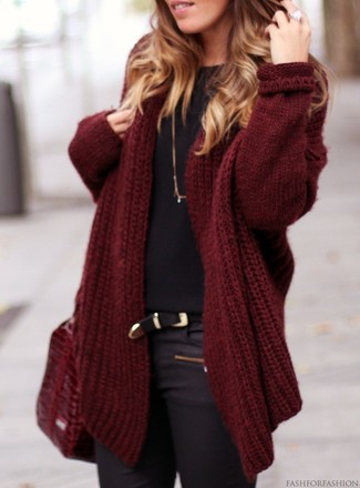 An oxblood open cardigan with black skinny jeans has become an essential combination for many style-conscious girls. This combination is the definition of perfect for when leaves are falling down and temps are getting lower.