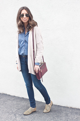 Consider teaming a Boohoo Isabelle Dark Wash Denim Shirt with navy skinny jeans to achieve a chic look. Grab a pair of tan leopard suede loafers to take things up a notch. This combo is a pretty good choice, especially for autumn, when the temps are dropping.