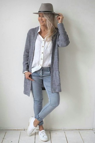 How to wear: grey open cardigan, white linen dress shirt, grey skinny jeans, white canvas low top sneakers