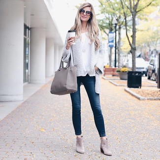 How to wear: white knit open cardigan, white long sleeve t-shirt, navy skinny jeans, grey suede ankle boots