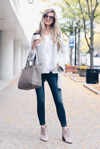 How to Wear a Grey Open Cardigan For Women: This casual combo of a grey open cardigan and navy skinny jeans comes to rescue when you need to look chic but have no time. Grey suede chelsea boots are a good pick to complement your ensemble.