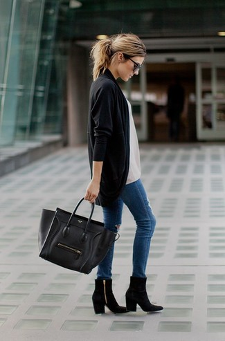 A black open cardigan and blue destroyed skinny jeans are a great outfit formula to have in your arsenal. Elevate this ensemble with black suede ankle boots.