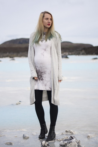 This combination of a grey open cardigan and a white print sweater dress is perfect for off-duty occasions. Throw in a pair of black leather flat boots for a more relaxed feel.