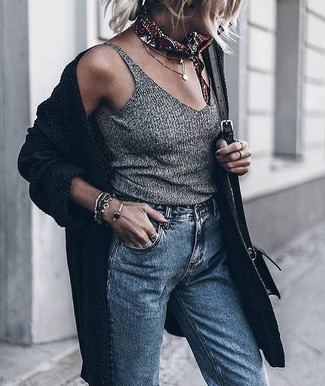 A black knit open cardigan and blue boyfriend jeans are a perfect combination to be utilised at the weekend. A knockout look that will take you from summer to fall like this one makes it super easy to embrace the new season.