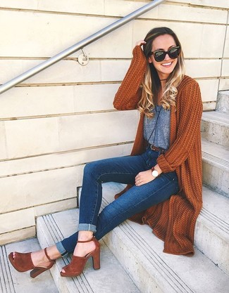 Pair an Isabel Marant women's Maik Tank Top with navy skinny jeans to be both cool and relaxed. Why not introduce tobacco suede heeled sandals to the mix for an added touch of style? This combo is the definition of perfect for when leaves are falling down and temperatures are getting lower.