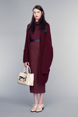 A nicely put together combination of a burgundy turtleneck and a burgundy midi skirt will set you apart effortlessly. Add cream leather oxford shoes to your look for an instant style upgrade.