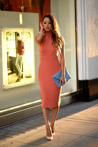 Reach for a mustard bodycon dress to create a chic, glamorous look. Dress up this look with beige leather pumps.