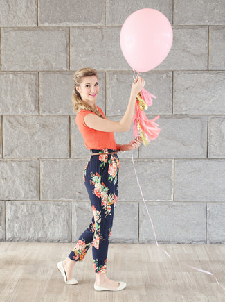 A green-yellow t-shirt and navy floral casual pants are great essentials to incorporate into your current wardrobe. This outfit is complemented perfectly with white leather ballet flats.